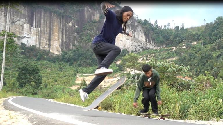 Puas bermain air, MTMA bermain skateboard dan longboard di jalan baru Lembah Harau.