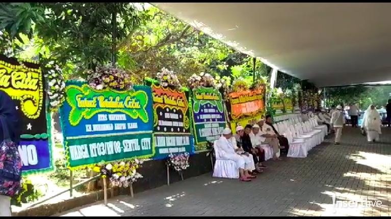 Hingga sekitar pukul 08.00 WIB, diketahui belum ada satu pun tokoh masyarakat yang datang ke rumah duka yang berlokasi di Masjid Az-Zikra, Bogor.