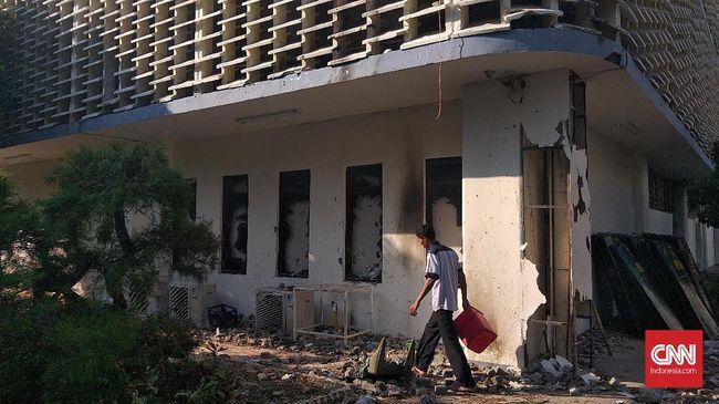 Saat bentrokan dengan aparat, massa perusuh aksi 22 Mei melemparkan batu dan bom molotov ke sisi utara gedung Bawaslu RI.
