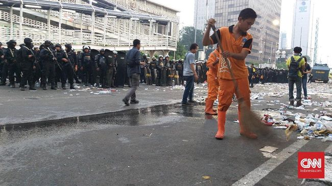 50 orang Pasukan Oranye diterjunkan oleh Kelurahan Gondangdia untuk membersihkan puing mulai dari Gedung Sarinah hingga depan Kantor Kemenko Kemaritiman