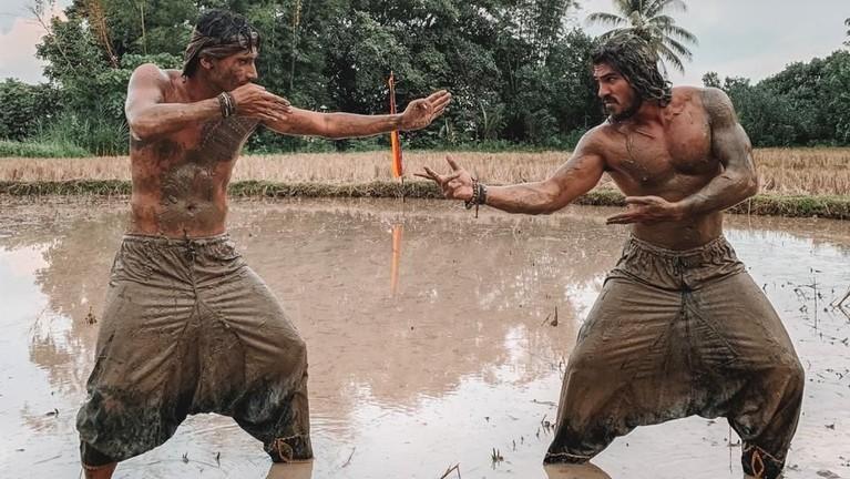 Usai santai di Lubuak Patamuan, Vincent dan Jeremiah berlajar silat lumpur atau Silek Luluak di Pariaman.