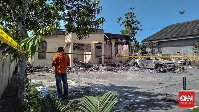 Seorang berinisial AM ditetapkan sebagai tersangka pembakaran Mapolsek Tambelangan, Sampang. AM berperan menggerakkan massa.