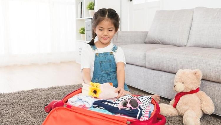 Ajari anak untuk packing baju yuk Bun, agar mereka lebih bertanggung jawab dengan barang miliknya sendiri.