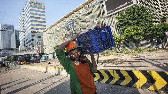 Brimob Polda Metro Jaya mengganti kawat berduri yang rusak, sekaligus mengantisipasi kemungkinan aksi yang akan kembali digelar pada Jumat (24/5).
