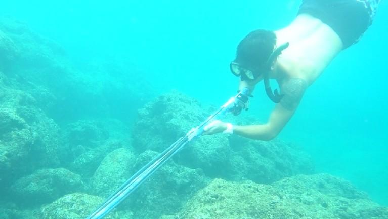Para host dan tim MTMA juga menikmati asyiknya menangkap ikan dengan Spearfishing di Sironjang Gadang.
