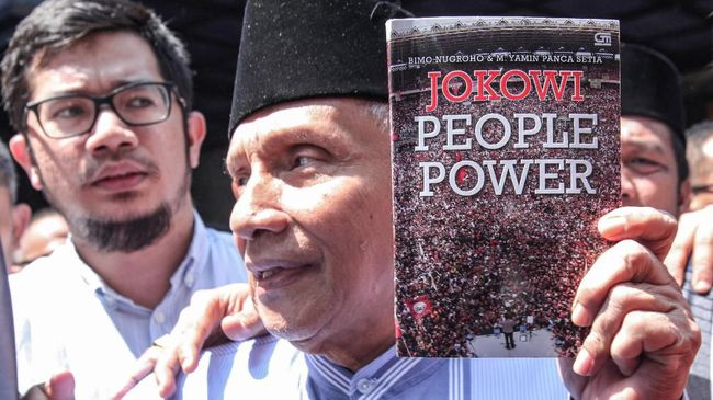 Amien Rais mengatakan buku Jokowi People Power sengaja ia bawa sebagai salah satu bukti saat diperiksa dalam kasus dugaan makar dengan tersangka Eggi Sudjana.