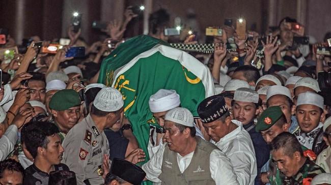 Arifin Ilham dimakamkan di Pondok Pesantren Az-Zikra, Gunung Sindur, Kabupaten Bogor. Ia meninggal di rumah sakit Penang, Malaysia karena penyakit kanker.