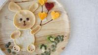 """<span class=""""im"""">Si kecil penyuka pancake? Bisa banget bikin pancake bentuk kelinci lucu ini, Bun, sertakan hiasannya dengan buah-buahan berwarna ya. (Foto: iStock)<br /></span>"""