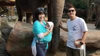Santai sekali nih ekspresi Anara, enggak takut ya sama gajah he-he-he. (Foto: Instagram @ardinarasti6)