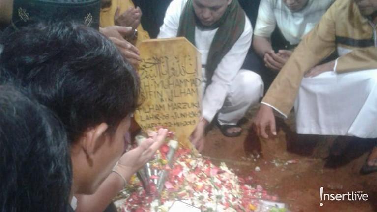 Jemaah yang mengantarkan ustaz Arifin Ilham ke pemakaman bergantian berdoa di depan pusara almarhum.