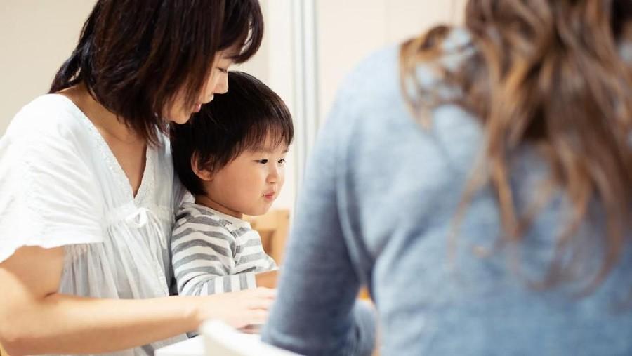 Tips Saat ART dan Bunda Beda Pandangan soal Disiplin Anak