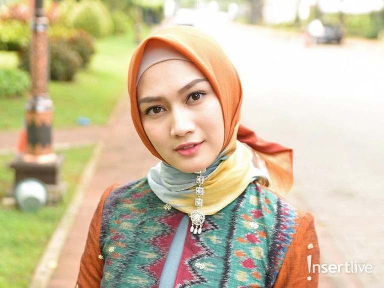 Ia pun kini mengenakan hijab dalam kesehariannya, utamanya saat tampil di hadapan publik.