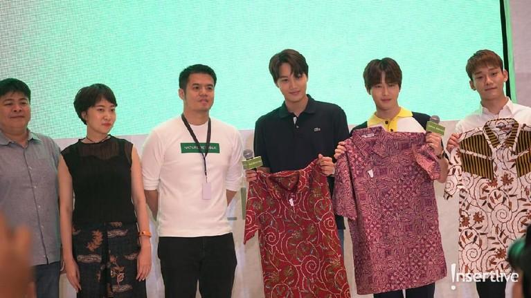 Para member EXO mendapatkan baju batik yang diberikan oleh Nature Republic Indonesia pada acara konferensi pers Journey to Nature Republic with EXO di Hotel The Westin, Jakarta.