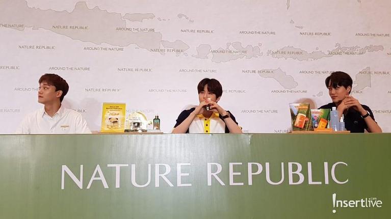 Acara yang dihadiri ketiga member EXO yakni Kai, Suho dan Chen melakukan sesi tanya jawab dengan media dan penggemar yang hadir di acara konferensi pers acara Journey to Nature Republic with EXO
