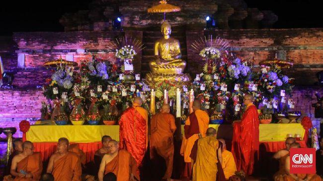 Ribuan umat Buddha dari 26 provinsi hadir ke di Candi Muara Takus, Riau, untuk memperingati peringatan Waisak Nasional 2563 BE/2019 dan Festival.