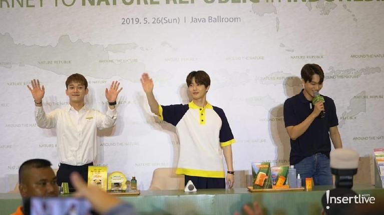 Kai, Suho, Chen mengucapkan selamat tinggal kepada media dan EXO-L yang berkesempatan bertemu dengan mereka di acara konferensi pers ini dan bersiap untuk bertemu dengan fans di Mall Kota Kasablanka untuk acara Journey to Nature Republic with EXO.