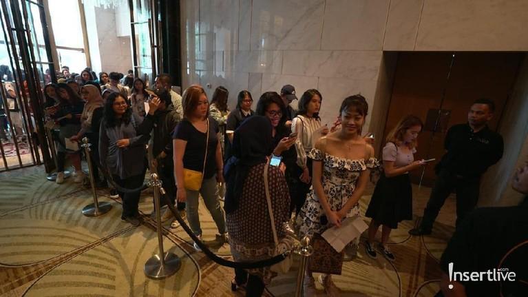 Lokasi konferensi pers yang EXO untuk acara yang bertajuk Journey to Nature Republic sudah ramai dipadati oleh penggemar yang mendapat kesempatan untuk menghadiri acara yang diadakan di Hotel The Westin, Jakarta Selatan.