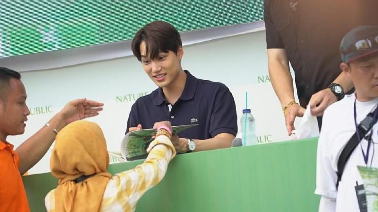 Kai yang tampil kasual juga dengan sabar dan ramah melayani tanda tangan untuk para penggemarnya. Senyum manis juga menghiasi wajah Kai saat di depan penggemar setianya.
