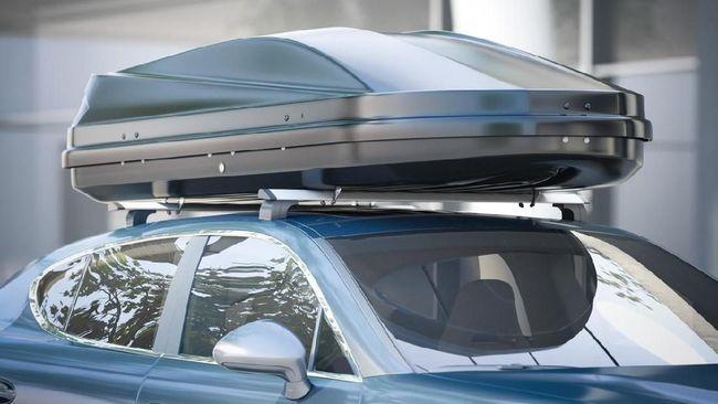 Meletakkan barang di atap mobil berarti memindahkan titik pusat gravitasi yang bakal mengubah kondisi mengemudi.