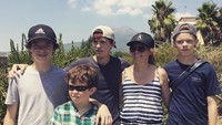 <p>Selain mengunggah foto dengan sang ibunda, Tom Holland juga kerap mengunggah foto bersama tiga saudara laki-lakinya. (Foto: Instagram @tomholland2013)</p>