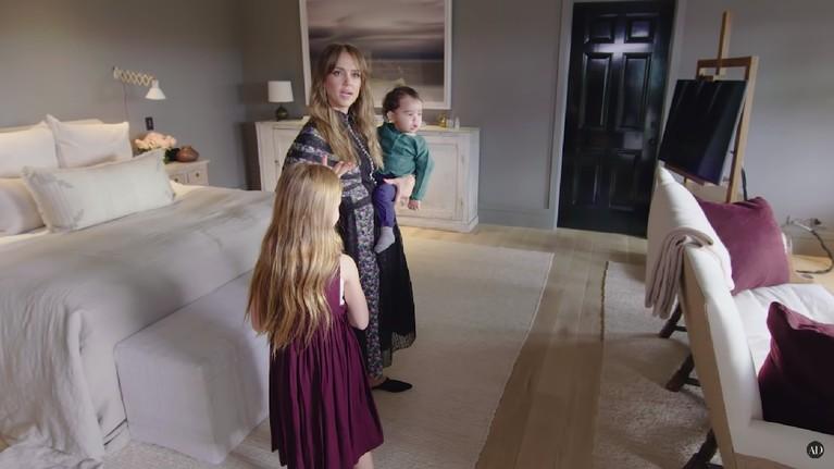 Baru sekitar tujuh bulan yang lalu aktris cantik, Jessica Alba, pindah ke rumah baru yang harganya mencapai Rp143 miliar. Seperti apa penampakan isi rumahnya?