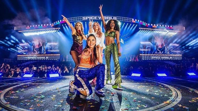 Spice Girls tampil di Croke Park, Dublin, Irlandia, di depan sekitar 80.000 penggemarnya. Konser reuni pertama ini digelar tanpa kehadiran satu membernya, Victoria Beckham.