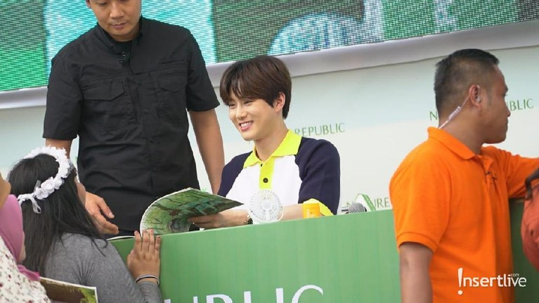 Senyun selalu menghiasi wajah ketiga personel EXO ketika bertatapan langsung dengan para penggemarnya. Seperti yang terlihat saat Suho menghadapi salah satu penggemarnya, wajahnya dihiasi senyum merekah.