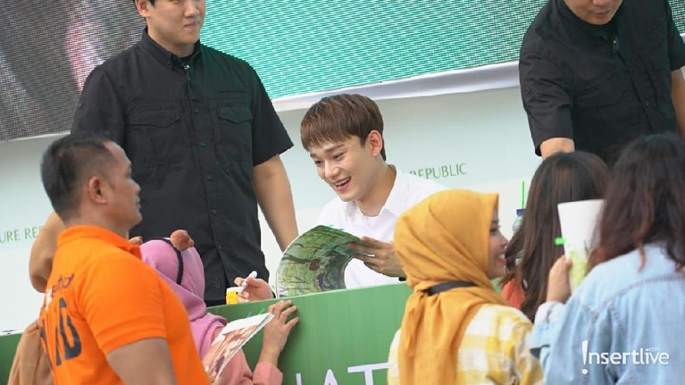 Tiga personel EXO menghadiri acara bertajuk, Journey to Nature in Indonesia. Mereka menggelar fansigning di Kota Kasablanka, Minggu (26/5).