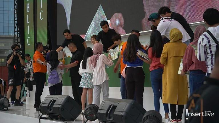 Para EXO-L mendapat kesempatan untuk melihat lebih dekat wajah ketiga personel EXO, Chen, Suho dan Kai saat fansigning. Penggemar tampak antusias walau harus antre demi melihat wajah Suho cs dan tanda tangan mereka.