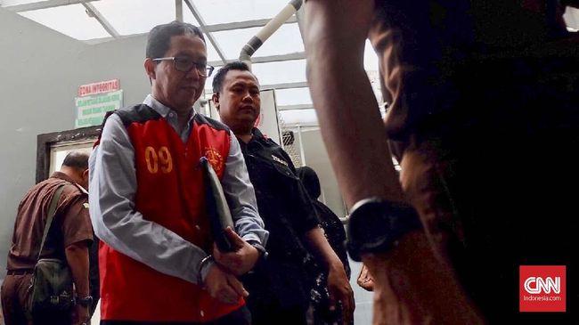 Direktur Teknik PSSI Danurwindo menemui mantan Plt Ketum PSSI Joko Driyono dalam istirahat buka puasa di tengah suasana persidangan.