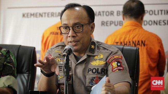 Pohon yang terlalu tinggi di Ungaran, Jawa Tengah, disebut membuat pasokan listrik ke wilayah barat khususnya Jabodetabek menjadi terganggu pada Minggu (4/8)