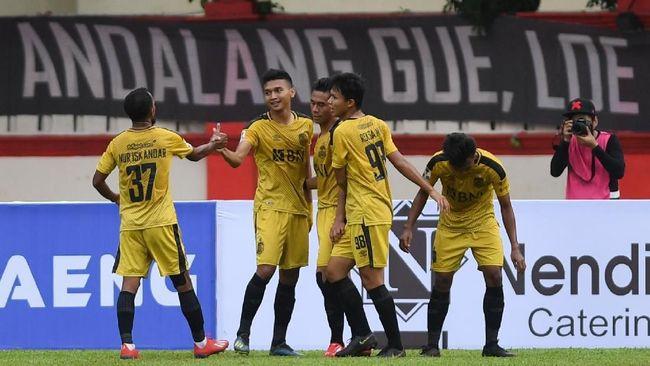 Pesepak bola Bhayangkara FC Dendy Sulistyawan (kedua kiri) melakukan selebrasi bersama rekannya seusai menjebol gawang PSM Makassar pada laga pertama perempat final Piala Indonesia di Stadion PTIK Jakarta, Sabtu (27/3/2019). Bhayangkara FC menang 4-0 atas PSM Makassar. ANTARA FOTO/Wahyu Putro A/pd.