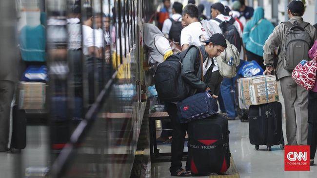 Calon penumpang kereta di Stasiun Pasar Senen, Jakarta, Selasa, 28 Mei 2019. Memasuki H-9 lebaran Idul Fitri, pemudik mulai memadati Stasiun Pasar Senen untuk mudik ke berbagai daerah di Pulau Jawa. CNNIndonesia/Safir Makki