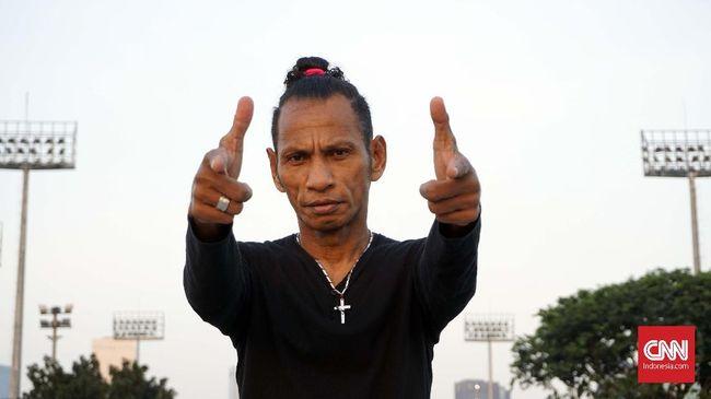 Legenda Timnas Indonesia Rochi Putiray bercerita tentang hal-hal eksentrik dan ikonik tentang dirinya, termasuk prestasi saat bersama tim Garuda.