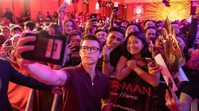 Kebersamaan Tom Holland dan para penggemar saat acara promosi film Spider-Man: Far From Home.