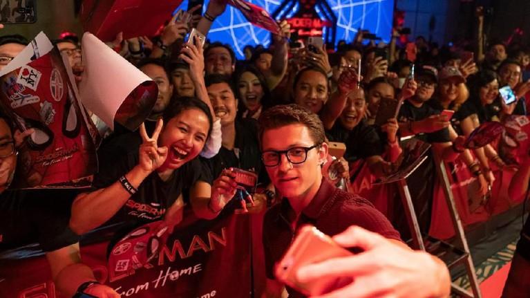 Para penggemar pemain aktor Spider-Man ini sangat bahagia melihat Tom menyapa dan berfoto dengan mereka.