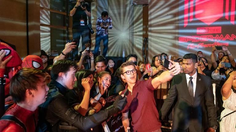 Tom Holland saat diajak berfoto dengan para penggemarnya sangat ramah dan menyenangkan.