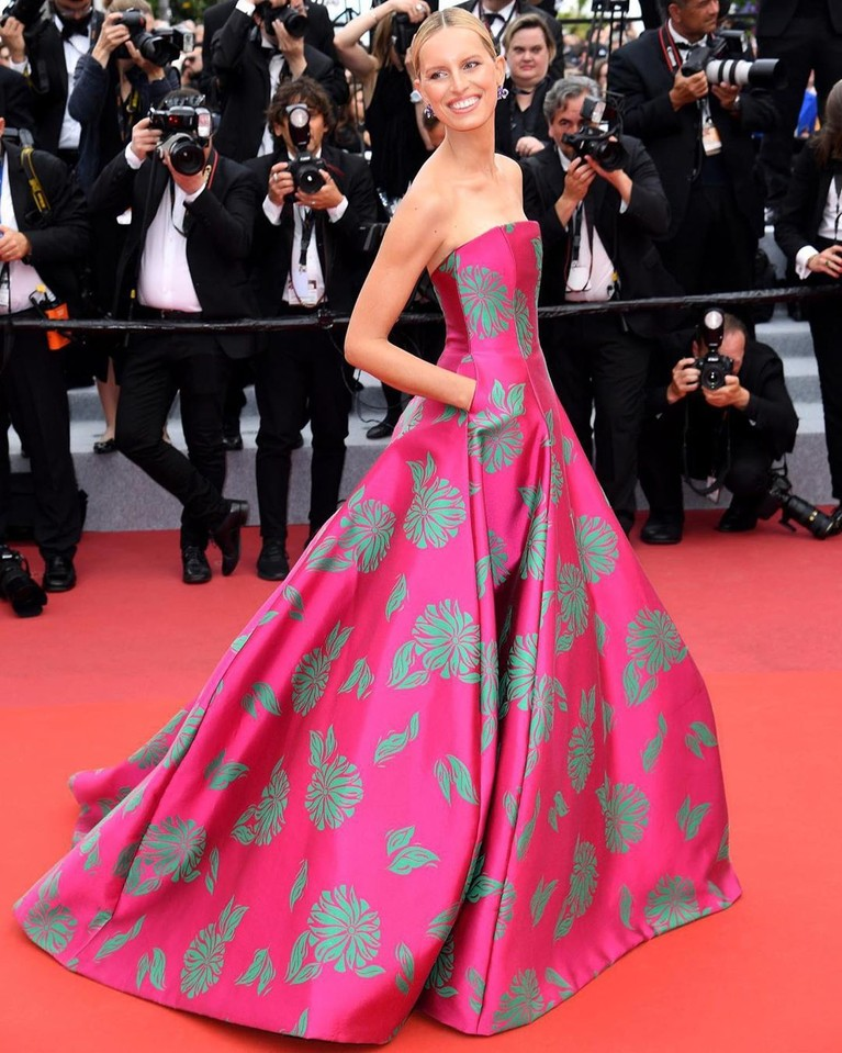 Karolina Kurkova,mengenakan gaun model strapless berwarna pink dengan corak bunga-bunga. Gaun itu terasa pas di tubuhnya yang ramping dan tinggi.