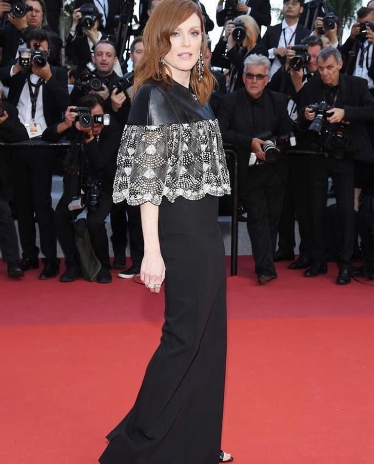 Julianne Moore, mengenakan gaun berrwarna hitam yang dipenuhi motif berenda pada bagian atas. Gaun ini sederhana tetapi terlihat elegan.