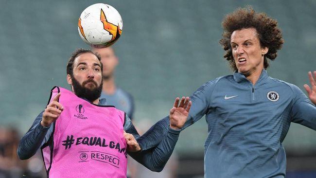 Gonzalo Higuain ribut dengan David Luiz di sesi latihan terakhir Chelsea karena diklaim frustrasi jelang final Liga Europa melawan Arsenal.