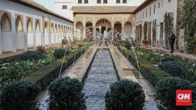 Agama Islam pernah menjejak selatan Spanyol, tepatnya di Andalusia. Istana-istana bergaya Arab-Eropa menjadi salah satu buktinya.