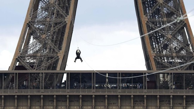 Bagi para pecandu adrenalin, inilah sat yang tepat untuk menikmati sensasi meluncur dari Menara Eiffel dengan zip line.