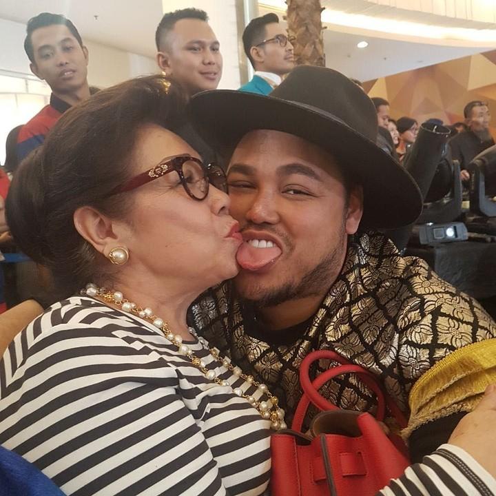 Terlahir sebagai anak bungsu, membuat Ivan Gunawan sangat manja dengan ibunda tercinta.