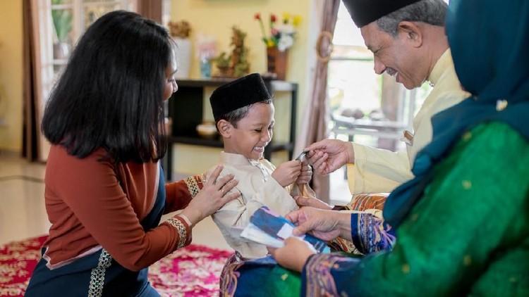 Ustaz Maulana melihat sisi positif dari tradisi bagi-bagi angpao saat Lebaran. Simak penjelasannya ya, Bunda.