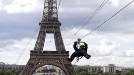 FOTO: Meluncur dari Menara Eiffel
