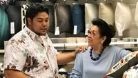 <p>Seru banget nih, Ivan shopping bareng Mama Erna. Mau belanja apa ya kira-kira? He-he-he. (Foto: Instagram @ivan_gunawan) </p>