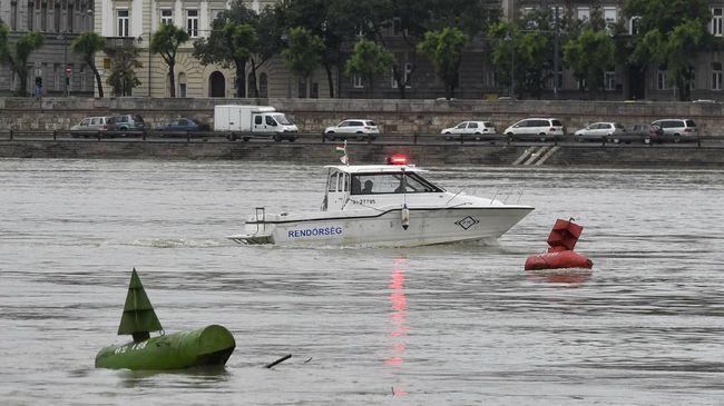Tim penyelamat masih mencari 21 turis yang hilang saat kapal wisata 'Mermaid' terbalik usai tabrakan.