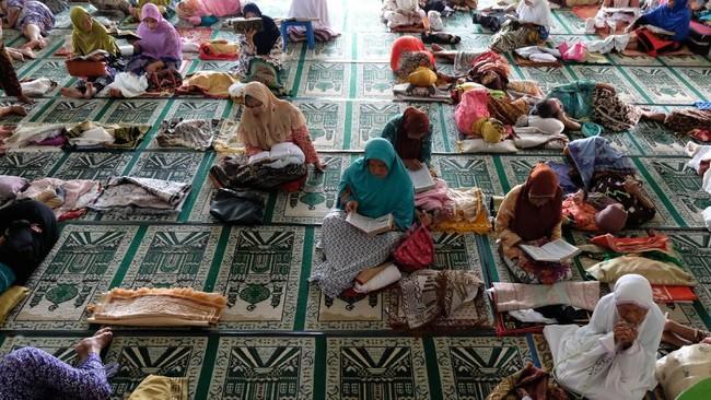 Di Magelang, di setiap bulan Ramadan sebuah masjid mengadakan program khusus yang ditujukan untuk para lanjut usia yang ingin mondok menjadi santri.