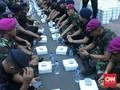 Momen Buka Puasa Bersama TNI-Polri di Pinggir Jalan