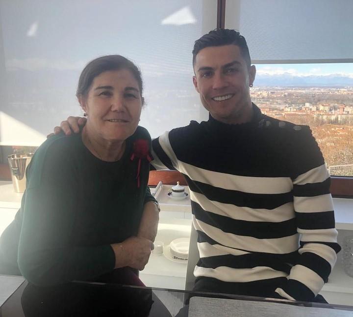 Cristiano Ronaldo begitu dekat dengan sang ibu, yang selalu mendukung kesuksesan kariernya sebagai pesepakbola dunia.